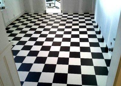 Läggning av svart-vitt matta