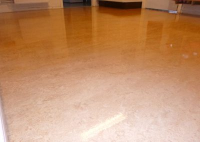 Skinande linoleumgolv med golvpolish