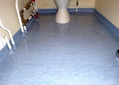 Skinande våtrumsmatta med golvpolish
