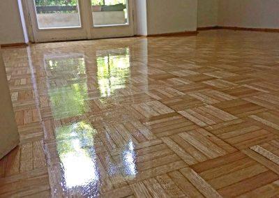 Skinande trägolv med golvlack
