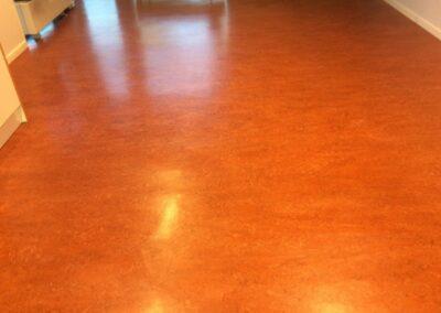 Blankpolerat linoleumgolv med golvvax